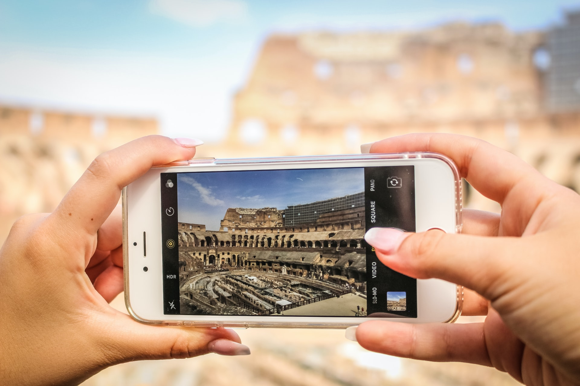 smartphone photographer photographing the Colosseum, tips for better photos